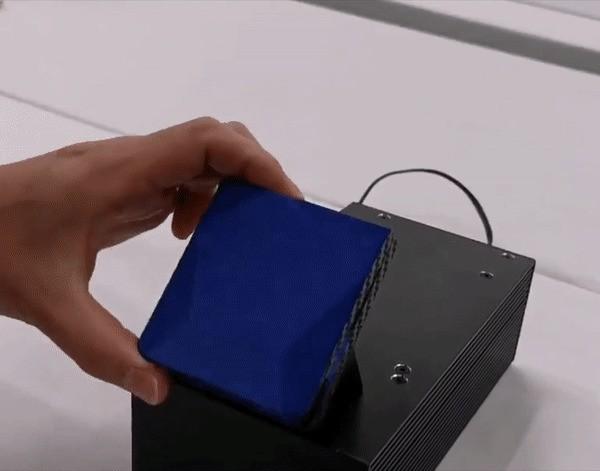 夏普的概念折叠手机采用了翻盖设计