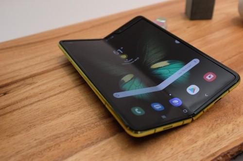 三星 Galaxy Fold 上手体验:高完成度的第一代折叠手机