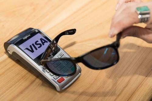 Visa 与雷朋联合推出移动支付太阳镜