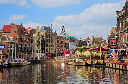 Amsterdam to halve Airbnb-style tourist rentals to 30 nights a year per host