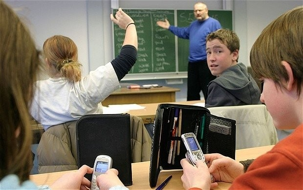 Training for teachers in war against pupils who use mobile phones in school