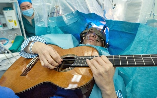 Chinese musician who lost strumming skills plays guitar during brain surgery