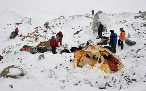 Everest avalanche: Dramatic photographs by AFP's Roberto Schmidt - Telegraph