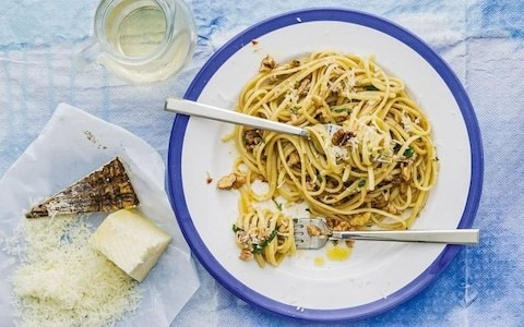 Linguine with walnuts and anchovies recipe