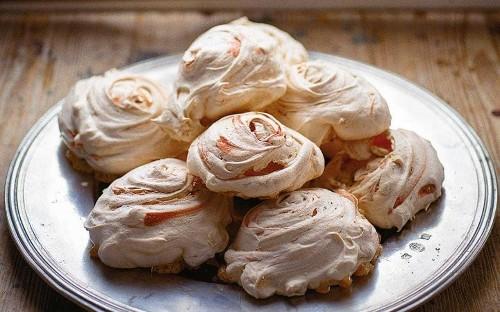 Rose-scented meringues with saffron zabaglione