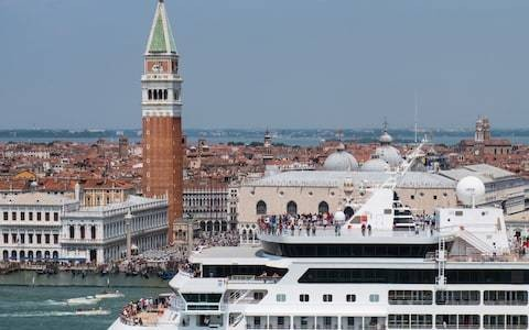 Mayor of Venice asks Unesco to place city on world heritage blacklist