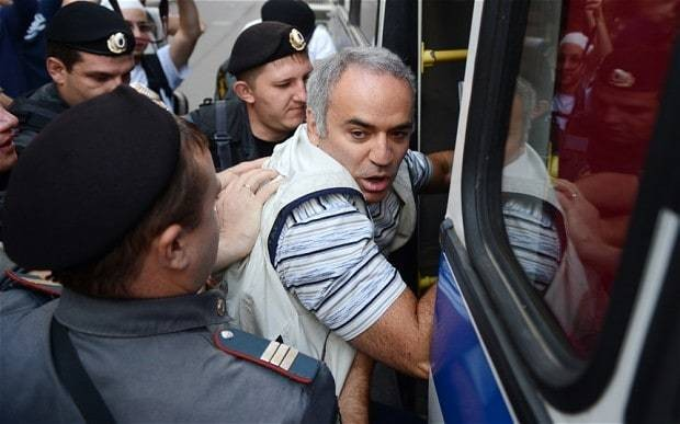 Chess champion Garry Kasparov flees Russia