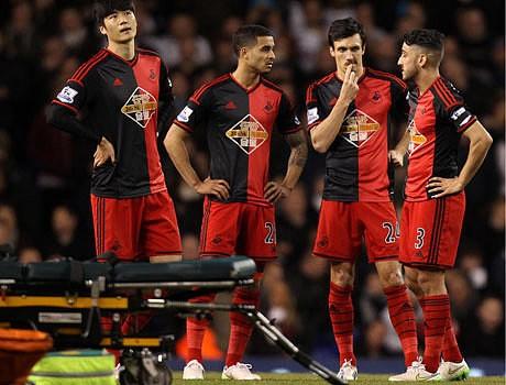 Bafetimbi Gomis collapses during Spurs vs Swansea Premier League match