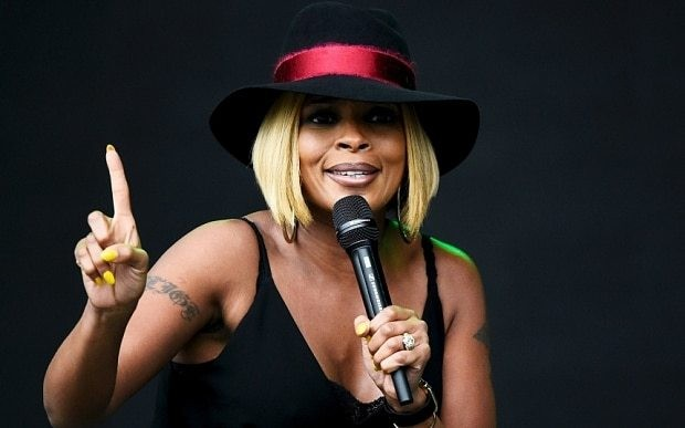 Mary J Blige at Glastonbury 2015, review: 'stunned the crowd into silence'
