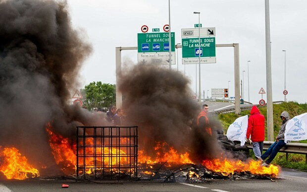 Calais crisis: Britain to build 'secure zone' for freight traffic