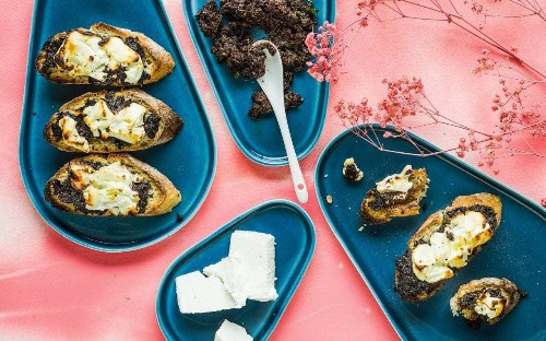 Goat's cheese and tapenade toasts