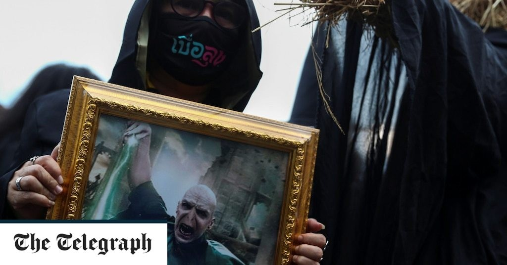 Thai protesters dress as Harry Potter to denounce the government