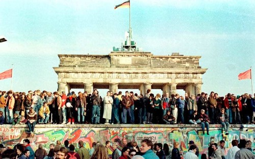Berlin Wall anniversary: photographs from the symbolic rise and fall of the Iron Curtain - Telegraph
