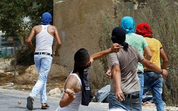 Benjamin Netanyahu considers using live sniper fire against stone throwers