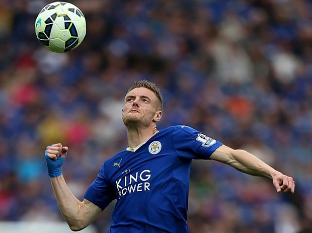 Jamie Vardy puts his head through his old FIFA 16 ratings card