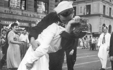Sailor who embraced nurse in Times Square kiss photo at end of Second World War dies at 95
