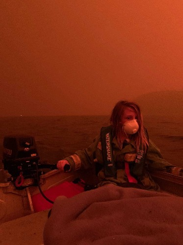 Australia fires: Two people dead in New South Wales as 4,000 people stuck on burning beach in Mallacoota
