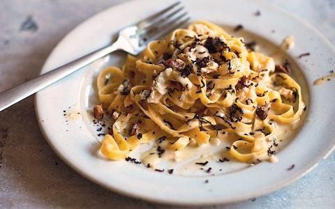 Pasta with gorgonzola, walnuts, rosemary and chocolate recipe