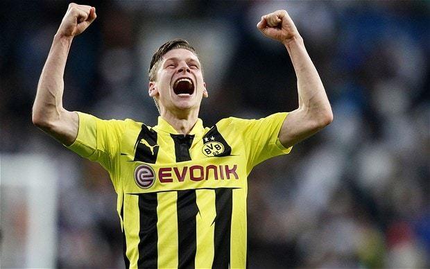 Arsenal consider Borussia Dortmund right-back Lukasz Piszczek as Bacary Sagna replacement
