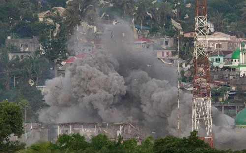 Philippines bombing campaign mounted as government pledges to liberate town from Islamists
