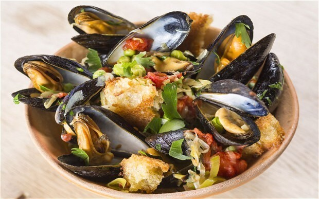 Mussels with tomato, leeks, peas and golden croutons recipe