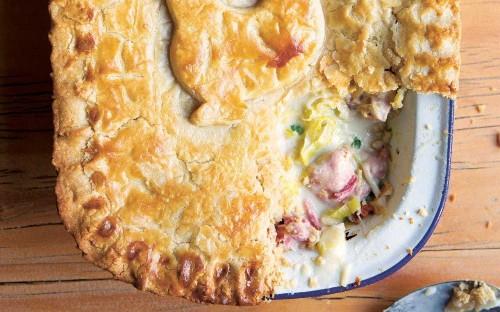 Chicken pie with ham, leeks and prunes