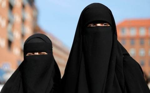 Online petition backs doctor who asked Muslim patient to remove veil