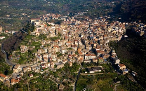 Hilltop town in Sicily hopes to attract new blood by offering old stone houses for €1