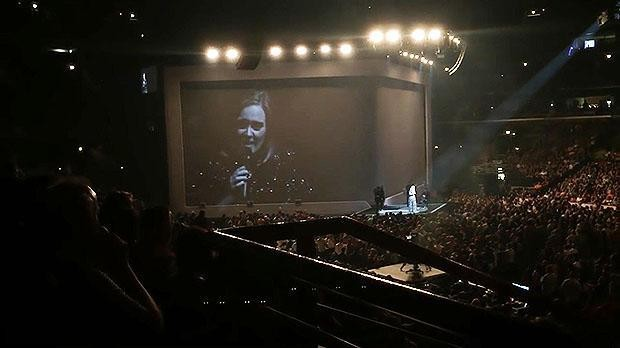Adele interrupts concert to deny reports that she sent staff on a 140-mile pizza run