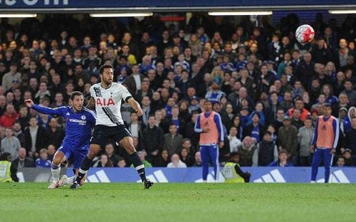 How did Chelsea fight back against Tottenham and give Leicester City the title?