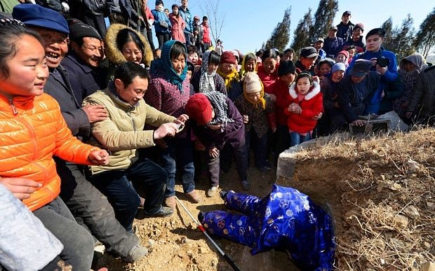 Chinese man staged his own funeral just to see how many people would turn up