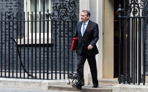 Liam Fox calls for clear out of Downing Street advisers who doubt Brexit
