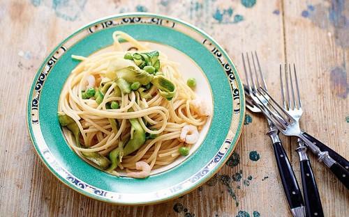 Bigoli pasta with courgettes, fresh peas and prawns