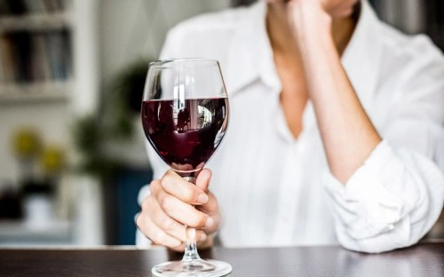 Middle-aged drinkers urged to have two days off alcohol each week