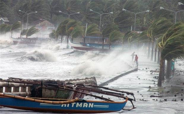 Super Typhoon Haiyan smashes into Philippines