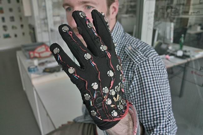 This Glove Could Help Deaf-Blind People Communicate With Anyone, Anywhere