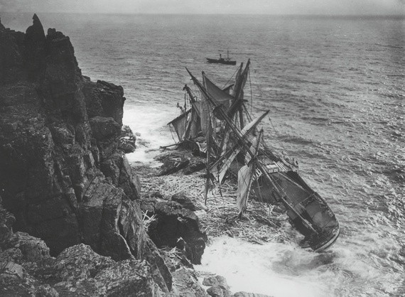 The Men Who Chased Shipwrecks