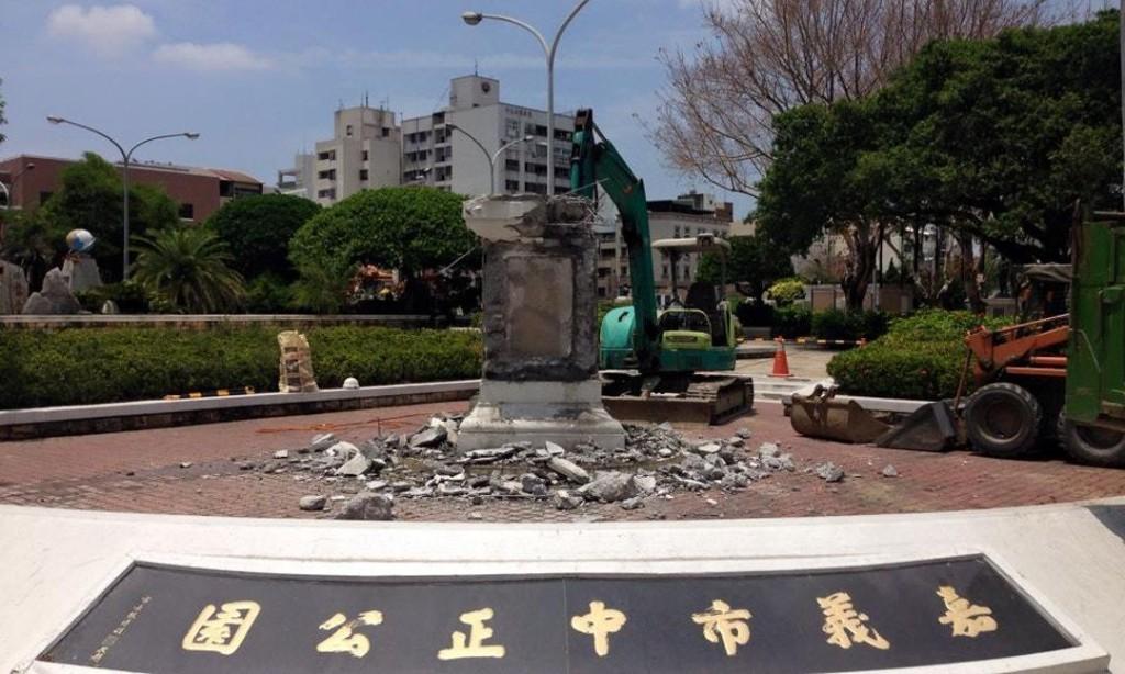 蔣公銅像「浪費警力、公帑維護」 嘉義市政府拆除 - The News Lens 關鍵評論網