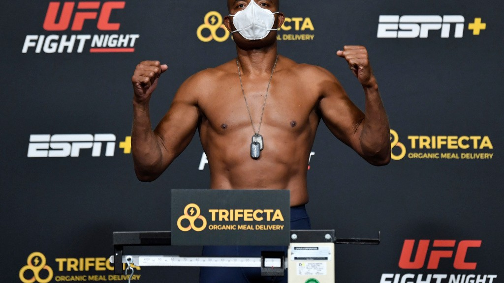 UFC on ESPN+ 39 video: Uriah Hall, Anderson Silva make weight for main event