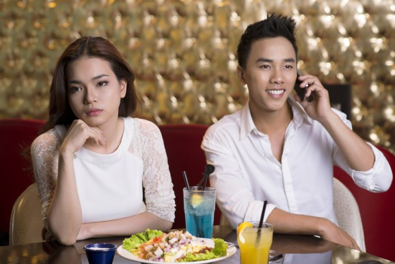 Do you want to have dinner with your smartphone or your companion? Pick one