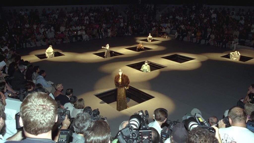Wie Helmut Lang und Margiela die sozial distanzierte Modenschau erfanden