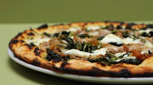 Cos'è la pizza scrocchiarella di Roma e come due ragazzi l'hanno fatta rinascere