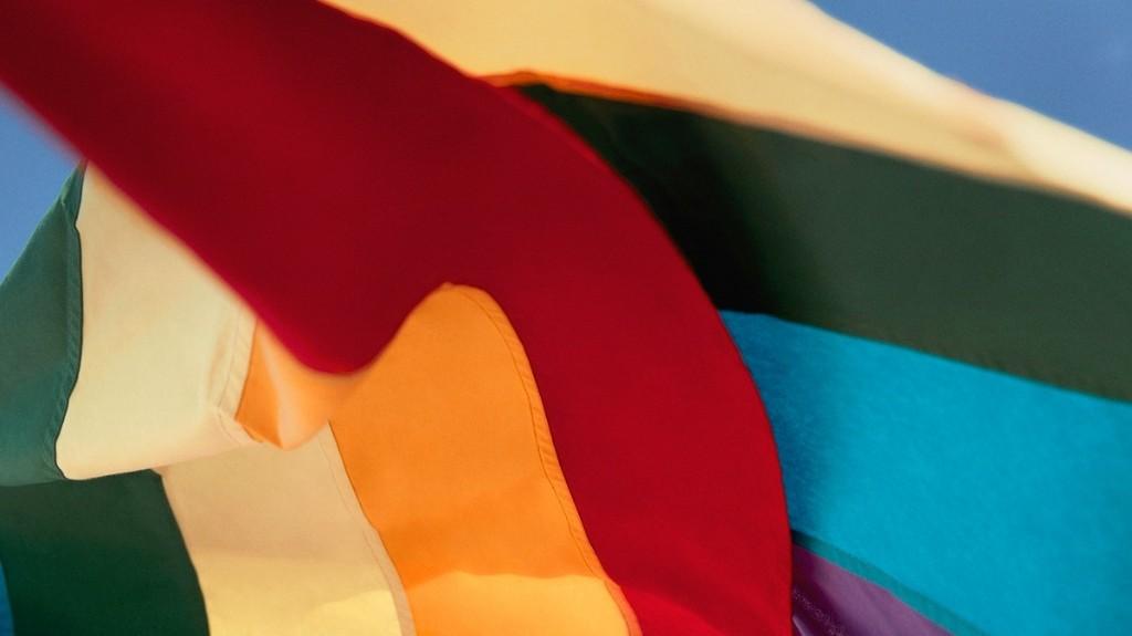 """Ralph Lauren dévoile une capsule exclusive """"Pride"""" au profit de la communauté LGBTQIA+"""