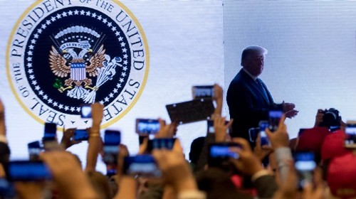 """Trump Somehow Ended Up Speaking in Front of a Presidential Seal That Said """"45 Is a Puppet"""" in Spanish"""