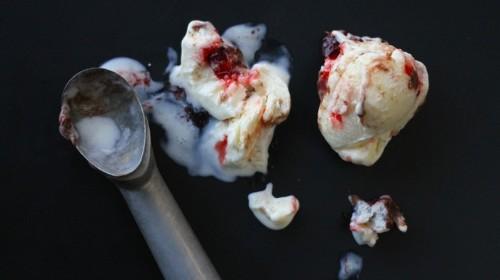 Eiscreme mit Erdnussbutter und Marmelade