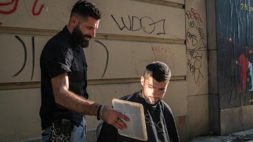 Kévin aux doigts d'argent : le coiffeur des sans-abri