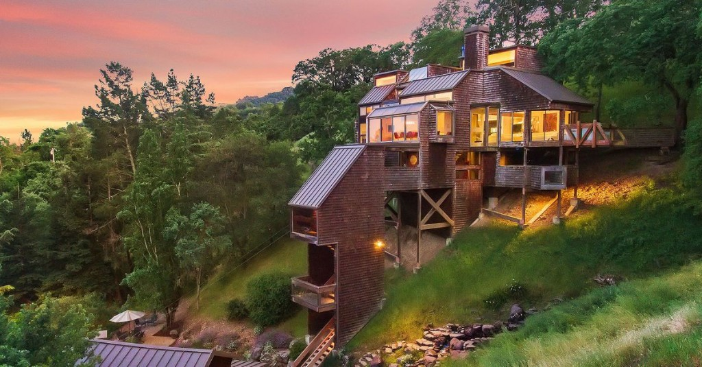 Sea Ranch-esque Compound Comes With its own Funicular