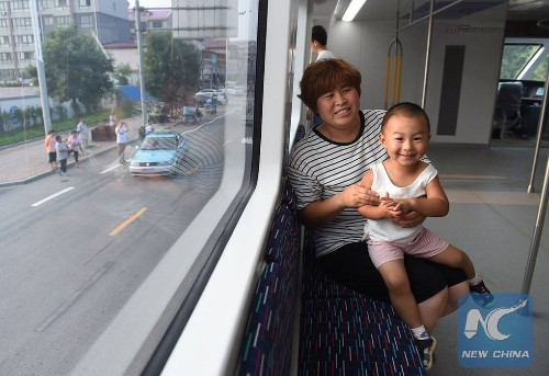 China finally built an elevated bus that straddles traffic and it's totally bizarre