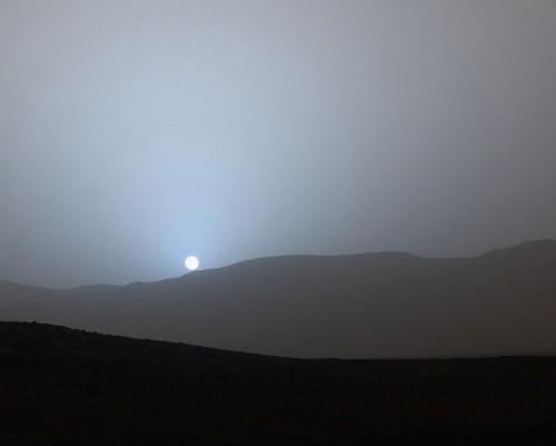 NASA's Curiosity rover has captured a gorgeous blue Martian sunset