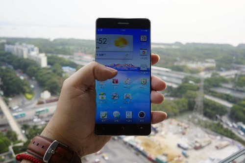 Chinese manufacturers are trying to kill the smartphone bezel